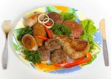 Fleischkoteletts und kleine Wurst Stockfotografie