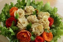 Fleischmehlklöße mit Fleisch werden durch Gemüse verziert Lizenzfreies Stockfoto