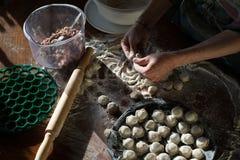 Fleischmehlklöße - russisches pelmeni auf hölzernem Hintergrund Stockfoto