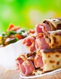 Fleischrouladen im Omelett, Gemüse stockbilder