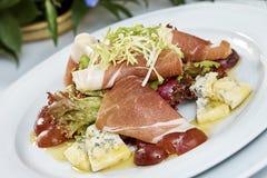 Fleischsalat mit Schinkenkäsekopfsalat Dorblu-Trauben und Olivenöl Stockfotografie