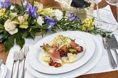 Fleischsalat mit Schinkenkäsekopfsalat Dorblu-Trauben und Olivenöl Lizenzfreies Stockbild