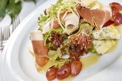 Fleischsalat mit Schinkenkäsekopfsalat Dorblu-Trauben und Olivenöl Stockfoto