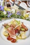 Fleischsalat mit Schinkenkäsekopfsalat Dorblu-Trauben und Olivenöl Lizenzfreies Stockfoto