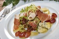 Fleischsalat mit Schinkenkäsekopfsalat Dorblu-Trauben und Olivenöl Stockbild