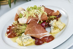 Fleischsalat mit Schinkenkäsekopfsalat Dorblu-Trauben und Olivenöl Stockfotos