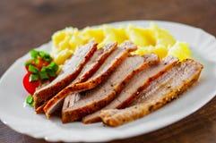 Fleischscheiben mit Kartoffelpürees in der weißen Platte auf Holztisch stockfotos