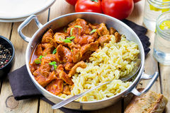 Fleischschweinefleisch in der starken Tomatensoße mit Teigwaren Stockfotografie