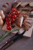 Fleischschweinefleisch mit Brot und Tomate Stockbilder