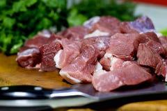 Fleischstücke auf dem rohen Schweinefleisch des Brettes Lizenzfreie Stockfotografie