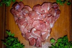 Fleischstücke auf dem rohen Schweinefleisch des Brettes Stockfotografie