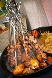 Fleischstücke auf Spucken lizenzfreie stockbilder