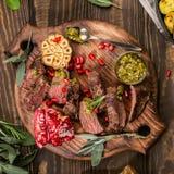 Fleischsteak mit grünem Pesto Stockbild
