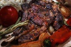 Fleischsteakmittelrippe vom rind backte im Pfeffer mit gegrilltem Gemüse stockbild