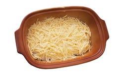 Fleischteller der abgedeckte zerriebene Käse Stockfoto
