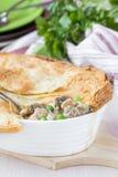 Fleischtorte mit Eintopfgericht des Huhns, Pilze, Erbsen, Blätterteig Lizenzfreies Stockbild