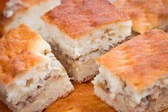 Fleischtorte Tortenteig Stücke der Torte mit Fleisch und Reis auf einer weißen Platte Weicher Fokus Stockfotografie