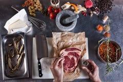 Fleischvorbereitung für das Kochen in einer Küche stockfotos