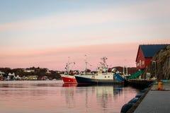 Flekkeroya, Kristiansand w Norwegia, Październiku - 27, 2017: Łodzie rybackie przy molem wonton fabryką przy Geiteroya obrazy stock