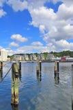 Flensburg, Germania - 9 giugno 2019: Porto di Flensburg alla Pentecoste con alcune nuvole bianche su un cielo blu immagini stock