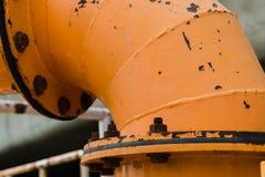 Flenzenpijp met noten - en - bouten Pijpleiding met oxyde voor industriële waterpomp royalty-vrije stock fotografie
