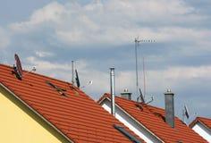 Flera antenner på taken Arkivbilder