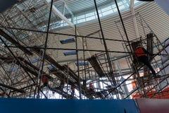 Flera arbetare ordnade materialet till byggnadsställning i en byggnad för att göra reparationer och underhåll i området av ‹för â royaltyfri bild