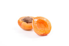 Flera av skördade aprikors som är hela och halveras på den vita backgrouen Royaltyfri Fotografi