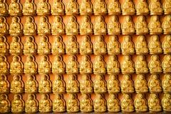 Flera Buddhabilder på den kyrkliga väggen arkivbild