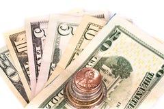 Flera buntar av amerikanska mynt med någon dollar Arkivbild