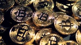 Flera Cryptmint bitcoins som ligger i en nära sikt stock video