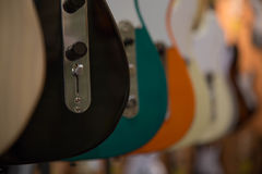 Flera elektriska gitarrer som hänger musiklagret royaltyfri foto