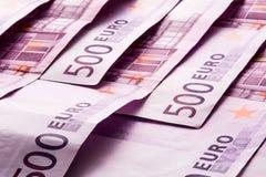 Flera 500 eurosedlar är närgränsande symboliskt foto för rikedom Royaltyfri Fotografi