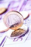 Flera 500 eurosedlar och mynt är närgränsande Symboliskt foto för wealt Royaltyfri Bild