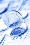 Flera 500 eurosedlar och mynt är närgränsande Symboliskt foto för wealt Euromynt som balanserar på bunt med bakgrund av banknoen Royaltyfri Fotografi