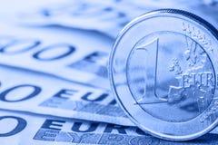 Flera 500 eurosedlar och mynt är närgränsande Symboliskt foto för wealt Euromynt som balanserar på bunt med bakgrund av banknoen Fotografering för Bildbyråer