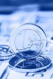 Flera 500 eurosedlar och mynt är närgränsande Symboliskt foto för wealt Euromynt som balanserar på bunt med bakgrund av banknoen Royaltyfria Bilder