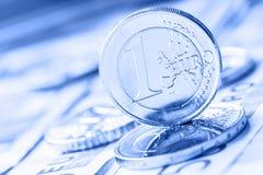 Flera 500 eurosedlar och mynt är närgränsande Symboliskt foto för wealt Euromynt som balanserar på bunt med bakgrund av banknoen Arkivbild