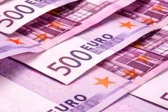 Flera 500 eurosedlar är närgränsande symboliskt foto för rikedom Royaltyfri Foto