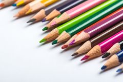 Flera färgblyertspennor på ett vitbokark Royaltyfria Foton