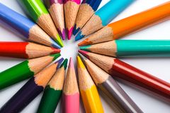 Flera färgblyertspennor på ett vitbokark Royaltyfria Bilder