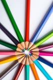 Flera färgblyertspennor på ett vitbokark Royaltyfri Foto