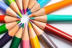 Flera färgblyertspennor på ett vitbokark Royaltyfri Fotografi