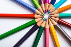 Flera färgblyertspennor på ett vitbokark Royaltyfri Bild