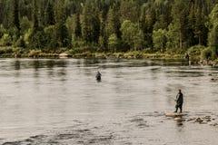 flera fiskare fångar fisken i Imandra sjön i Karelia royaltyfri foto