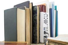 Flera gamla böcker och nätverkshårddisk Arkivfoto