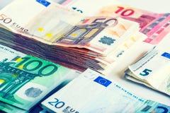 Flera hundra eurosedlar som staplas av värde Fotografering för Bildbyråer