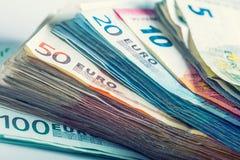 Flera hundra eurosedlar som staplas av värde Royaltyfria Foton