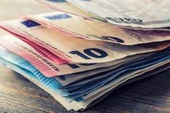 Flera hundra eurosedlar som staplas av värde Europengarbegrepp euroen bemärker reflexion bank repet för anmärkningen för pengar f Royaltyfri Bild