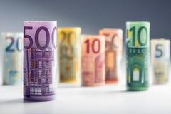 Flera hundra eurosedlar som staplas av värde Europengarbegrepp Rolls eurosedlar begreppsmässig valutaeuro för sedlar femtio fem t Arkivbilder